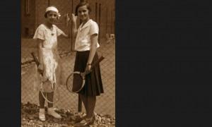 010Przed kortem seminaryjnym (janina i gabriela)1933